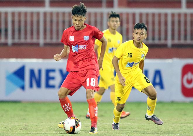 """HLV Phạm Văn Quyến """"làm xiếc"""" với trái bóng, chỉ đạo học trò ở giải U15 - 1"""