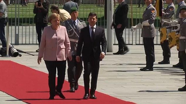 Thủ tướng Đức bị choáng, người rung bần bật khi đứng cạnh Tổng thống Ukraine - 1