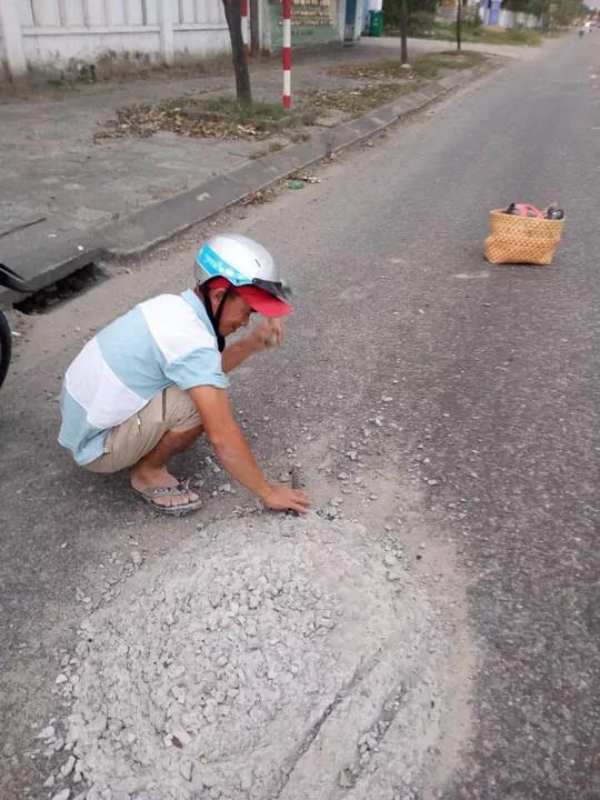 Nóng 24h qua: Đục mảng bê tông trên quốc lộ, anh thợ đục đá nhận cái kết bất ngờ - 1