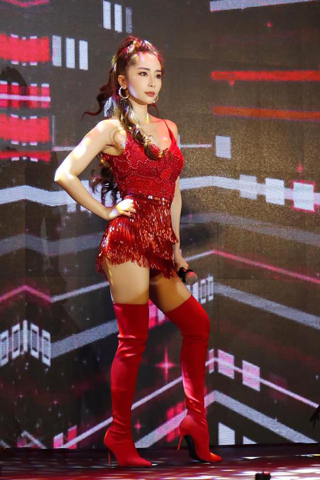 Nữ ca sĩ thường chọn trang phục gợi cảm khi lên sân khấu và tập vũ đạo sexy.