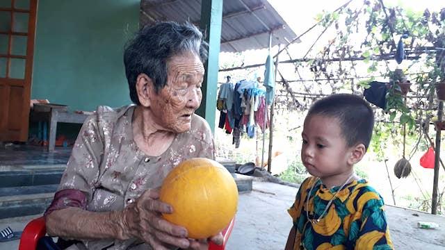 Cụ bà Quảng Trị 102 tuổi có 188 người con, cháu và bàn chân giao chỉ - 1