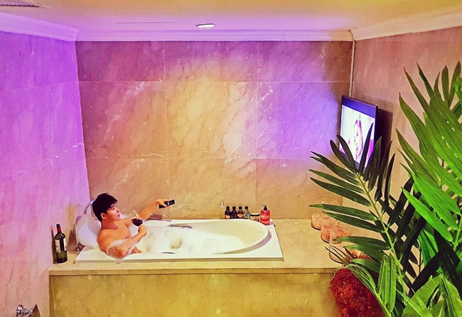 Phòng tắm sang trọng có trang trí cây xanh, lắp đặt tivi riêng để ca sĩ 36 tuổi thoải mái vừa ngâm mình trong bồn vừa giải trí.