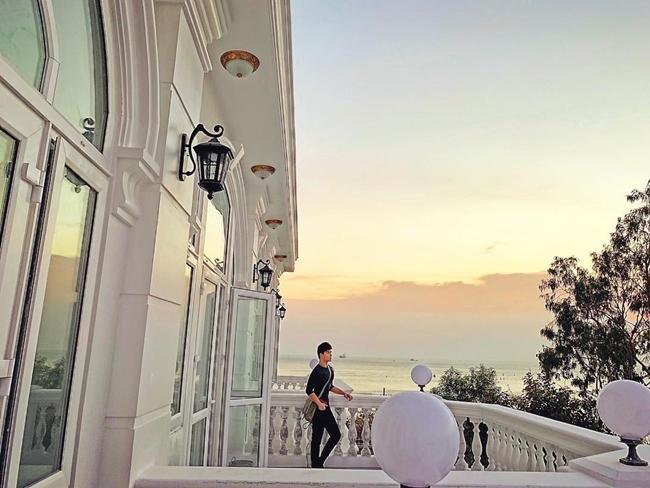 """Ngoài căn villa sang trọng ở Sài Gòn, từ đầu năm 2018, Nathan Lee và mẹ còn đầu tư xây biệt thự rộng 2000m2 nhìn ra biển Vũng Tàu. Đây là """"căn nhà trong mơ"""" có view tuyệt đẹp lưng tựa núi, mặt tiền nhìn ra biển của cựu người mẫu 8X."""