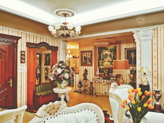 Ngôi nhà được xây dựng, trang trí nội thất theo phong cách hoàng gia với gam màu vàng nổi bật. Chàng ca sĩ người Sài Gòn thường sống tại đây khi có dịp đi lưu diễn hoặc ra thăm thủ đô.