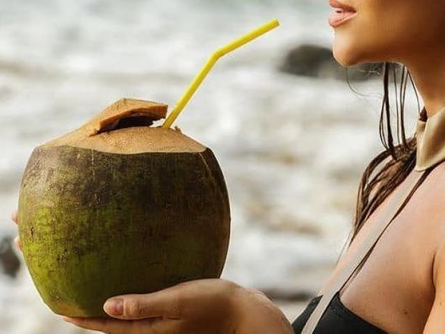 Những người đại kỵ tuyệt đối không được uống nước dừa
