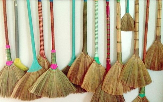 Chổi đót (chổi bông lau, bông cỏ) là sản phẩm quen thuộc có mặt trong hầu hết các gia đình Việt Nam. Mức giá bán tại các chợ ở Việt Nam của chổi đótdao động từ 25.000 đồng - 30.000 đồng/chiếc.