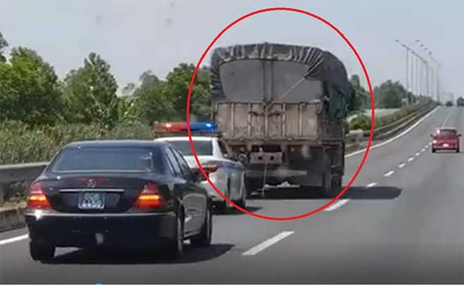 Tước bằng lái tài xế không nhường đường cho xe cảnh sát - 1