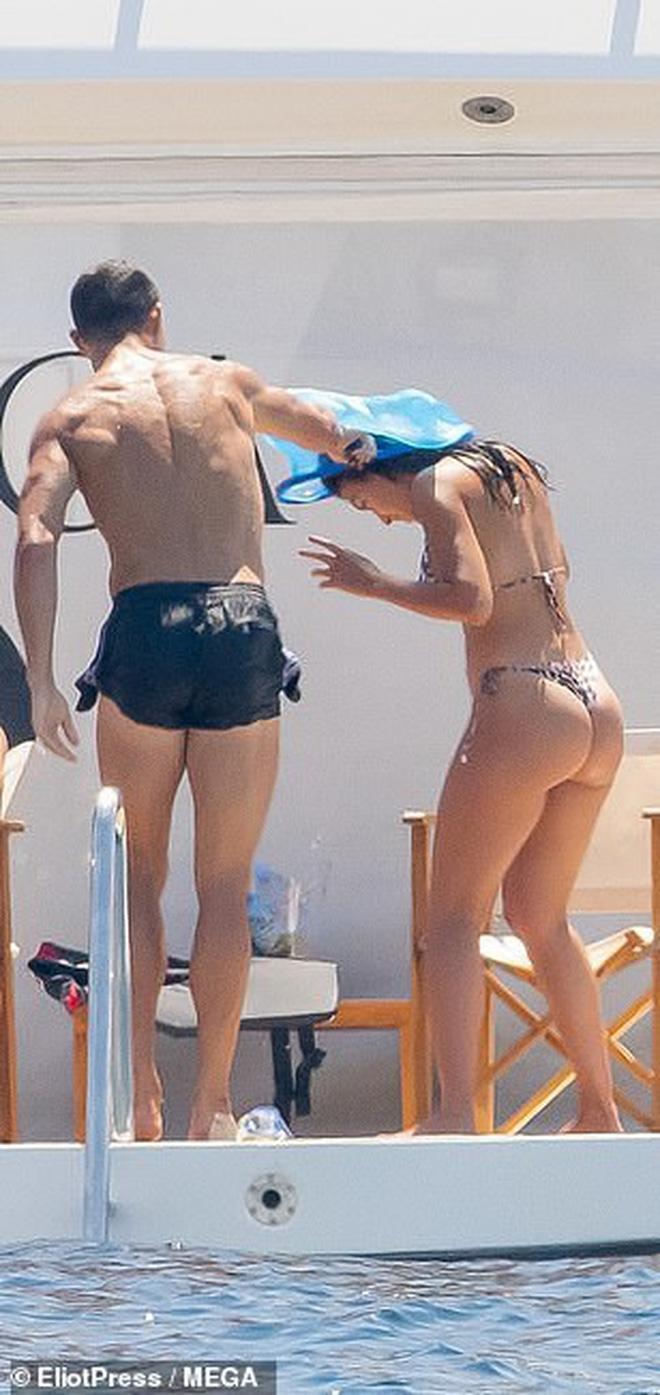 Bạn gái C.Ronaldo khoe body trong bộ bikini nhỏ xíu - 1