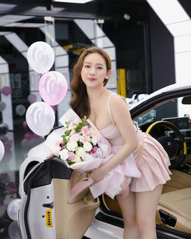 Thúy Vi mặc váy siêu ngắn đi nhận xe tiền tỷ ở tuổi 21 khiến cư dân mạng không tiếc lời khen ngợi dành cho nàng hot girl Cà Mau.