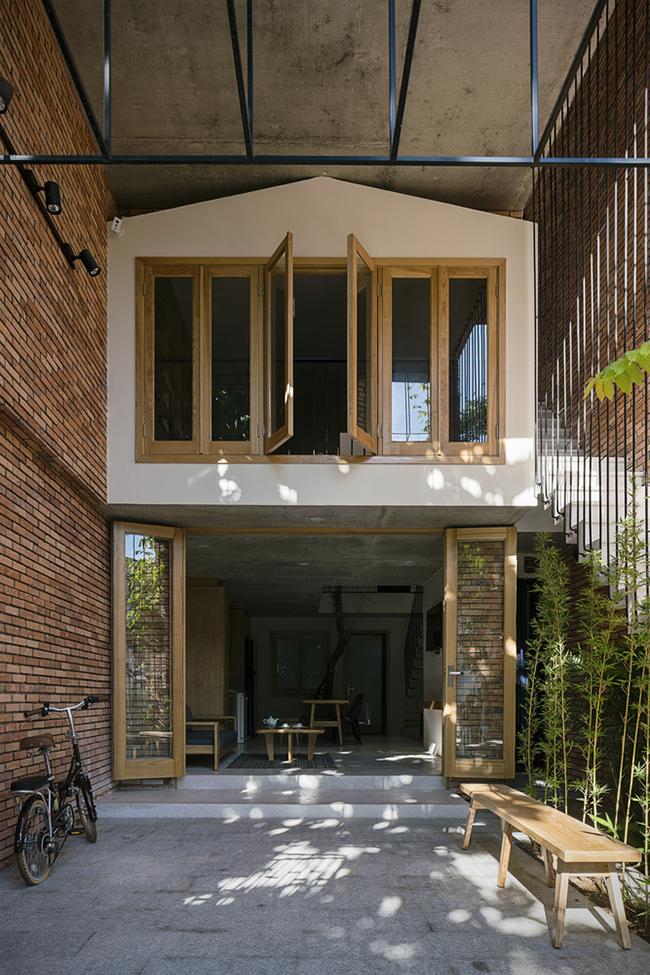 """Thể theo nguyện vọng đó, các kiến trúc sư đã đưa ra ý tưởng táo bạo: xây một căn nhà nhỏ nằm trong một căn khác lớn hơn, tựa như """"nhà mẹ ấp nhà con""""."""