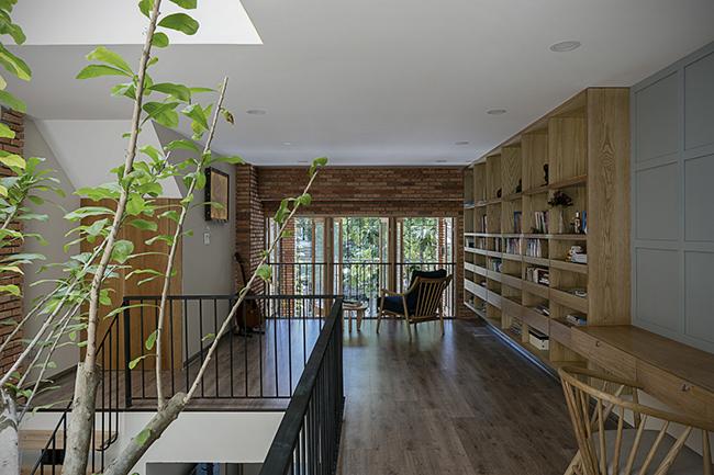 ...vừa hấp thụ khí nóng, tạo cảm giác thư giãn và giải phóng mặt bằng cho một ngôi nhà diện tích nhỏ.