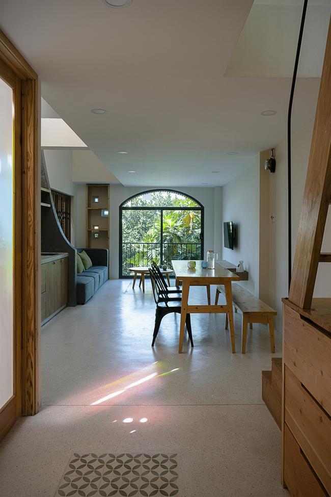 Trên tầng 3 lại được bố trí thêm một phòng khách, bếp và bàn ăn.