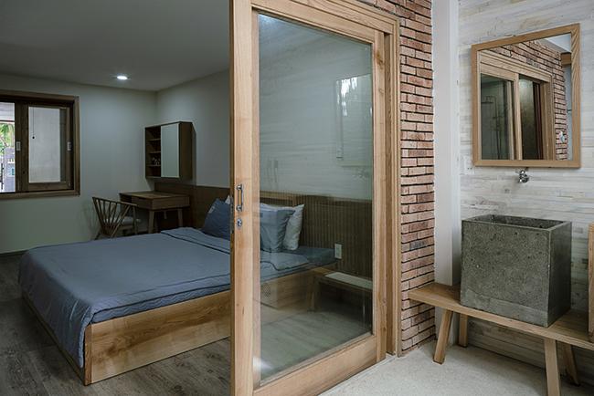 Các phòng ngủ đều có cửa sổ hoặc ban công lớn để lấy ánh sáng tự nhiên.