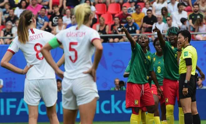 Xấu hổ bạo lực World Cup nữ: Cầu thủ nhổ bọt đối phương, xô ngã trọng tài - 1