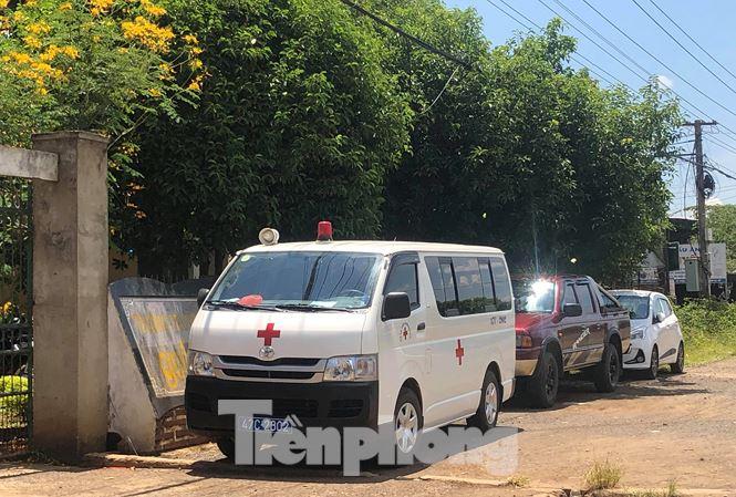 Lãnh đạo bệnh viện ở Đắk Lắk đi dự tiệc cưới bằng... xe cấp cứu - 1