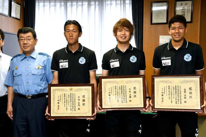 Bóng đá sốc nhất tuần: 3 cầu thủ Nhật bắt cướp không cần dùng tay - 1