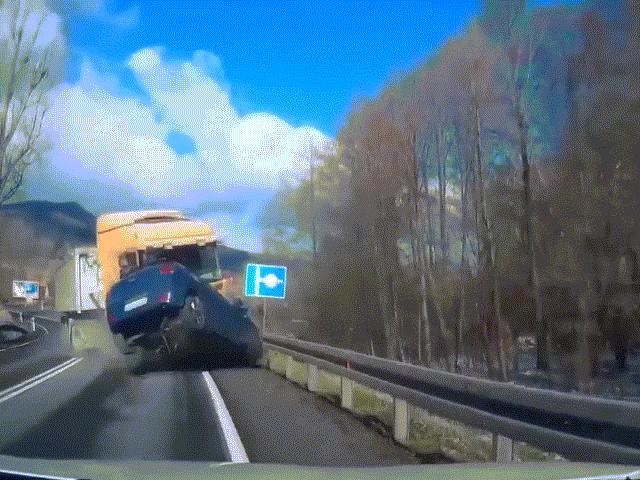 Xe con bị hất tung sau cú đâm kinh hoàng với container, nữ tài xế thoát chết thần kỳ