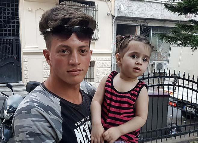 Video: Khoảnh khắc người hùng 17 tuổi đỡ bé gái rơi từ tầng 2 ở Thổ Nhĩ Kỳ - 1