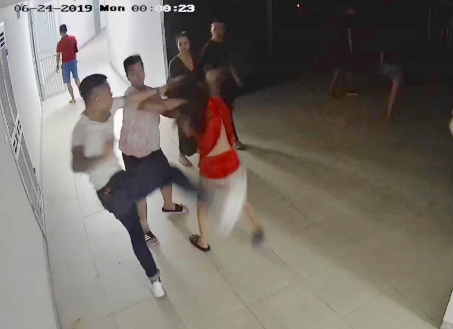 """Clip: Cô gái trẻ bị đánh hội đồng, hàng xóm ra xem liền bị """"côn đồ"""" truy đuổi - 1"""