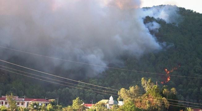 Chặn quốc lộ 1A, tập trung dập lửa ở núi Hồng Lĩnh - 1
