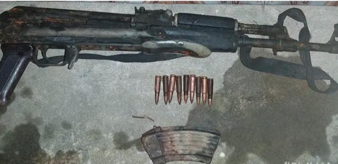 Vác súng AK đi xử đối thủ, súng cướp cò khiến bạn đi cùng trúng đạn - 1