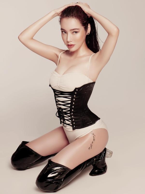 Elly Trần buồn rầu lần đầu thừa nhận ngực xuống cấp trầm trọng sau 2 lần sinh - 1