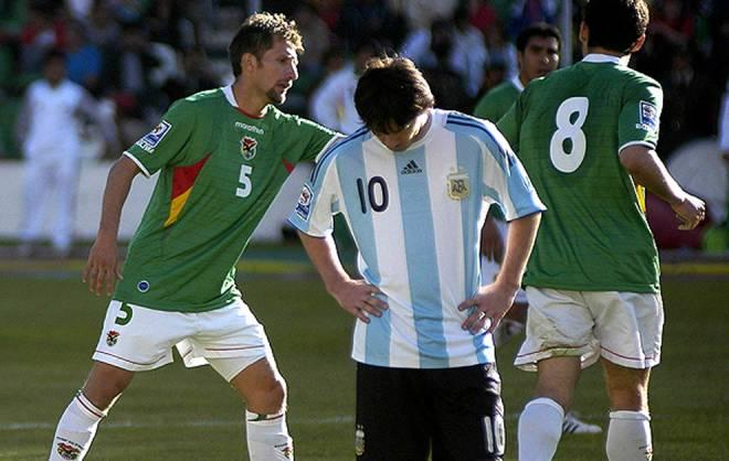 """Messi ăn """"Cá tháng Tư"""" đắng ngắt: Thua 1-6 trên độ cao 3.600 mét - 1"""