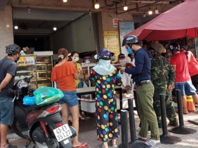 """Người Đà Nẵng chen chân mua bánh mì sau """"lệnh cấm"""" bán hàng qua mạng"""
