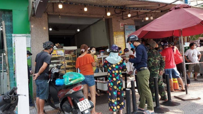 """Người Đà Nẵng chen chân mua bánh mì sau """"lệnh cấm"""" bán hàng qua mạng - 1"""