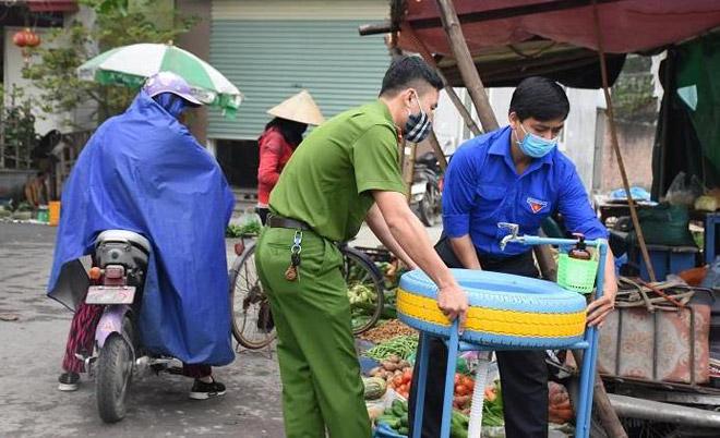 Đoàn thanh niên Hải Phòng chế lốp xe ô tô thành bồn rửa tay công cộng chống Covid-19 - 1