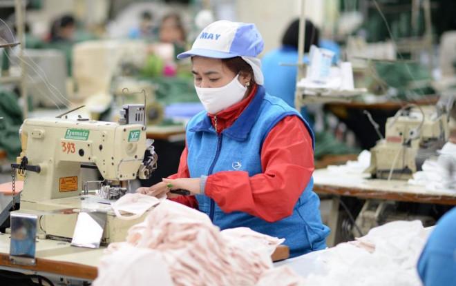 Người lao động nguy cơ mất việc vì Covid-19, doanh nghiệp xoay xở để trả lương - 1