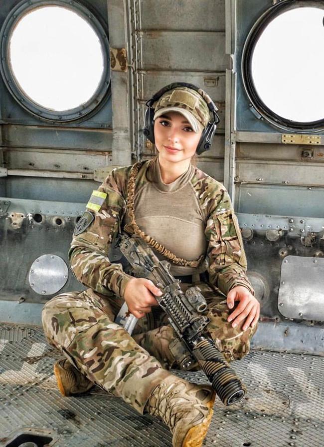 Elena Deligioz (sinh năm 1994, Nga) được mệnh danh là bông hồng đẹp nhất quân đội xứ sở Bạch Dương.
