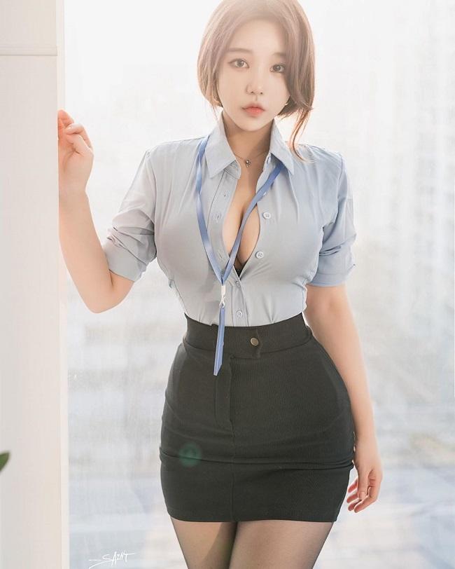 """Zzyuri đang trở thành cái tên gây chú ý trên mạng xã hội Hàn Quốc khi được đặt cho biệt danh """"cô nhân viên văn phòng nóng bỏng"""", """"cô thư ký nóng bỏng""""."""