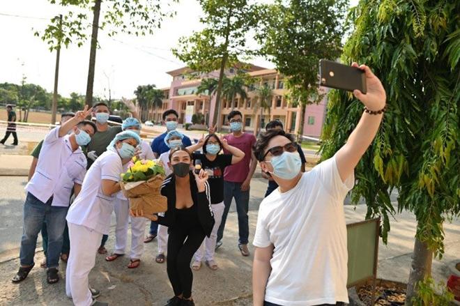 Võ Hoàng Yến gây ấn tượng mạnh bằng món quà ý nghĩa trao tay tình nguyện viên trước ngày rời khu cách ly - 1