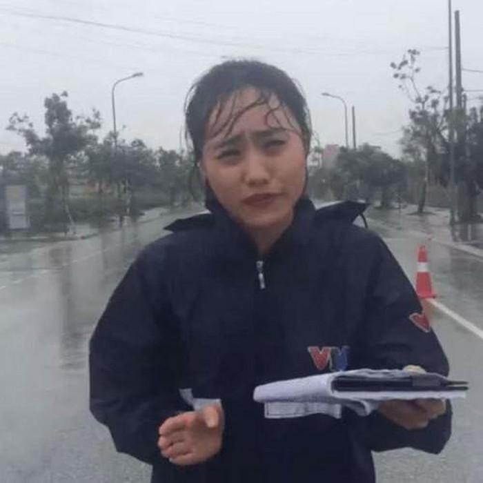 """Ngỡ ngàng nhan sắc nữ MC thời tiết gặp sự cố """"để đời"""" khi dẫn bản tin trực tiếp - 1"""