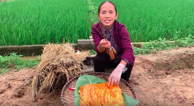 Bà Tân Vlog chế biến món ăn trên nền đất mất vệ sinh khiến dân mạng nổi sóng tranh cãi - 1