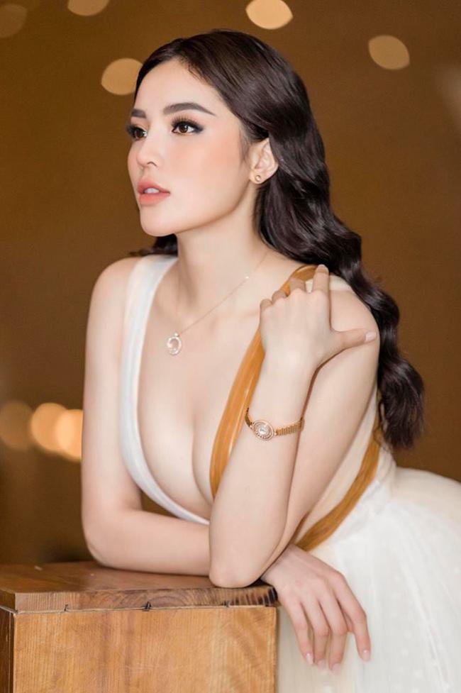 Người đẹp cũng là một trong những mỹ nhân bạo tay đầu tư cho trang phục. Chỉ tính riêng trong mùa làm HLV Siêu mẫu Việt Nam 2018, Kỳ Duyên chi cả tỷ đồng cho váy áo.