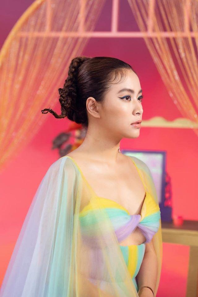 """""""Chức Nữ"""" Hoàng Thuỳ Linh tròn người vẫn xinh với váy xoắn ngũ sắc - 1"""