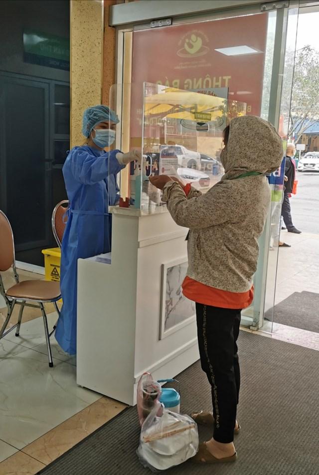 Ca nhiễm Covid-19 thứ 243 tiếp xúc với nhiều nhân viên y tế của BV Phụ sản Hà Nội - 1