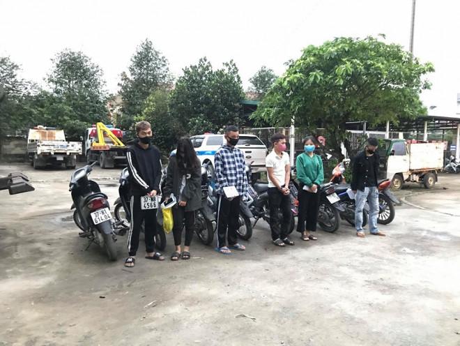 Bất chấp lệnh cấm, nhóm nam nữ thanh, thiếu niên đi xe máy dàn hàng ngang, lạng lách - 1