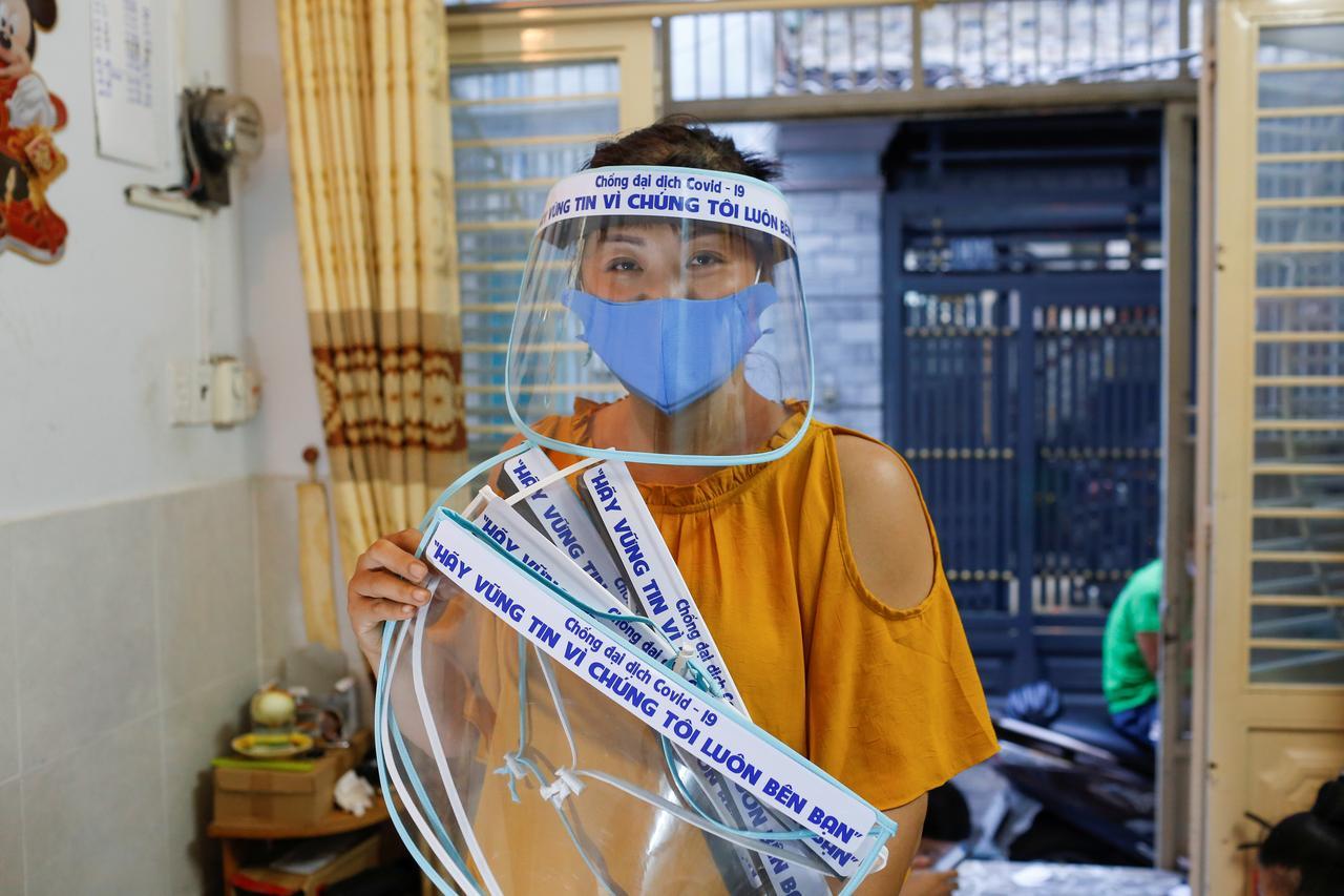 Người bán mũ Việt lên báo nước ngoài vì hành động đẹp giữa dịch Covid-19 - 1