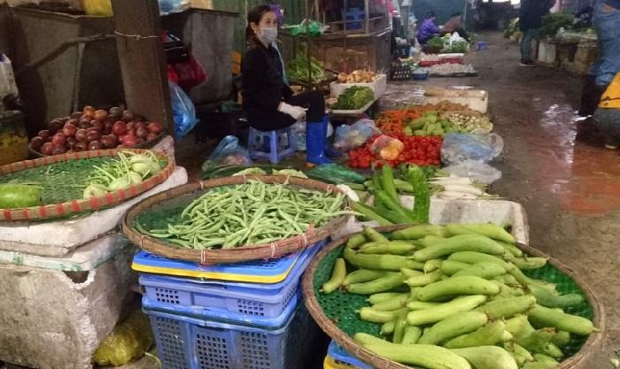 Cảnh khác lạ ở chợ dân sinh mùa dịch COVID-19: Tiểu thương nghe nhạc chờ khách - 1