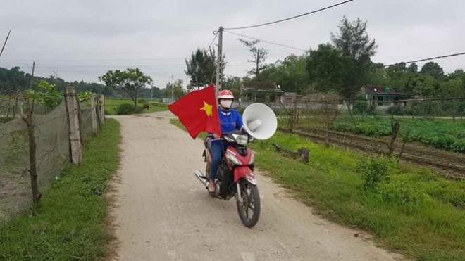 """Thanh niên tình nguyện """"cõng loa"""" đến từng thôn xóm tuyên truyền phòng COVID-19 - 1"""