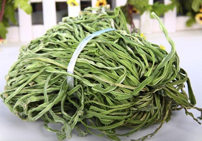 Hình dáng dài lòng thòng như sợi dây, màu xanh, song không mấy ai biết đây là loại rau đang trở thành mặt hàng hot trên các trang bán hàng online.