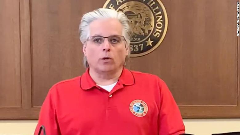 Mỹ: Thị trưởng chỉ đạo triệt phá cuộc tụ tập giữa dịch Covid-19, không ngờ có vợ tham gia - 1