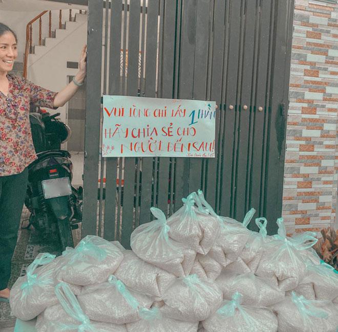 Hot girl Sài Gòn tặng 1,3 tấn gạo cho người nghèo trong mùa dịch Covid-19 - 1