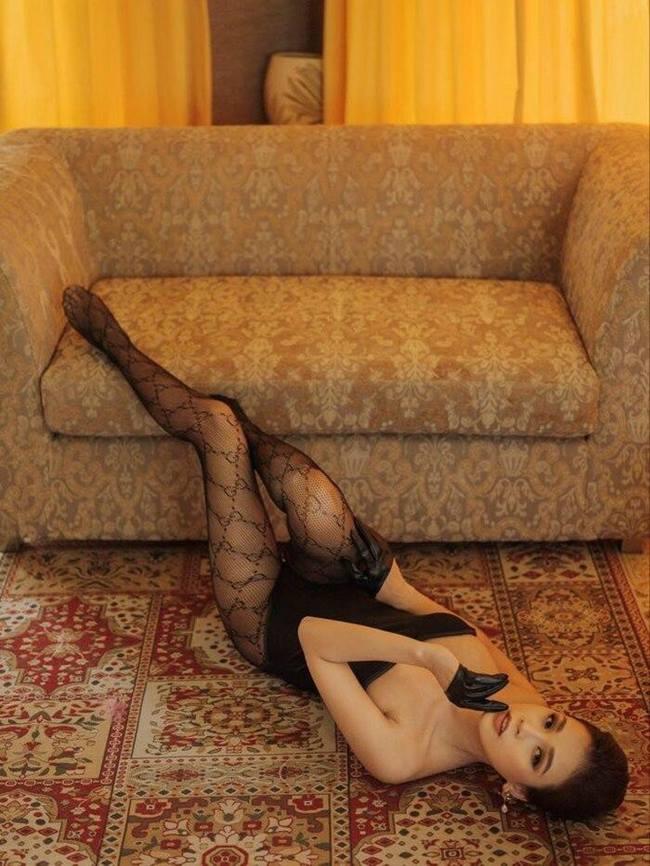 Sam gây bất ngờ với hình ảnh mặc bodysuit đi tất chân, nằm lả lơi giữa nhà vô cùng quyến rũ.