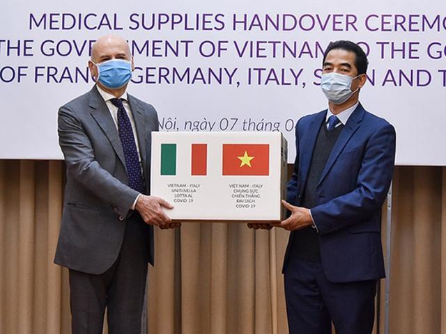 Báo Mỹ phân tích việc Việt Nam tặng thiết bị y tế cho các nước chống dịch Covid-19