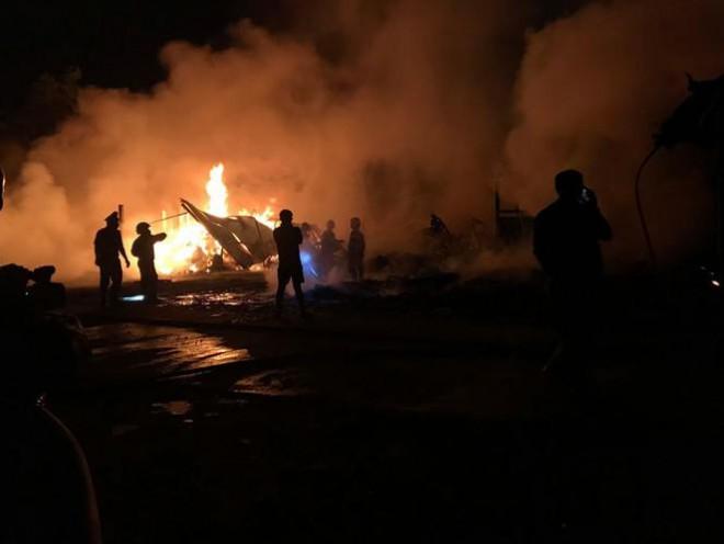 Bất chấp 'cách ly toàn xã hội', dân đổ xô đi xem cháy xưởng - 1