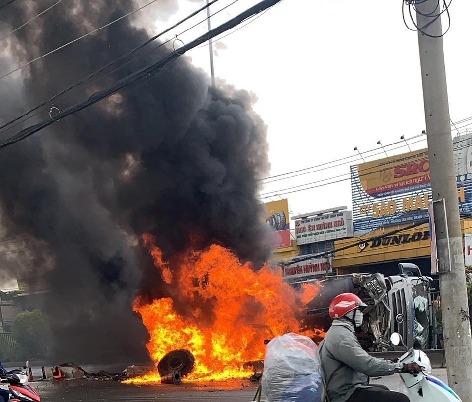 """Xe ben """"rụng bánh"""", bốc cháy dữ dội sau tai nạn - 1"""